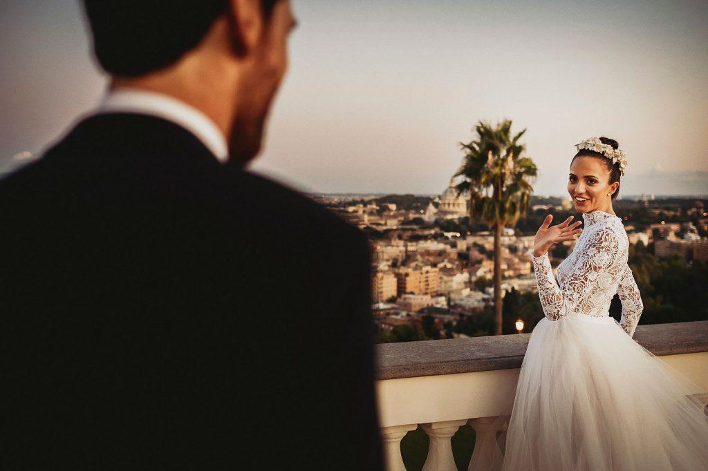 la sposa e lo sposo sulla terrazza di Villa Miani