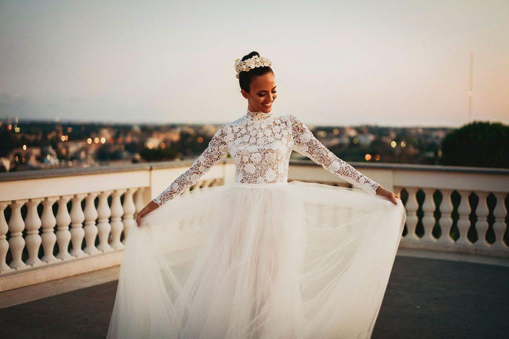 la sposa su una terrazza di Roma al matrimonio italo-spagnolo a Villa Miani
