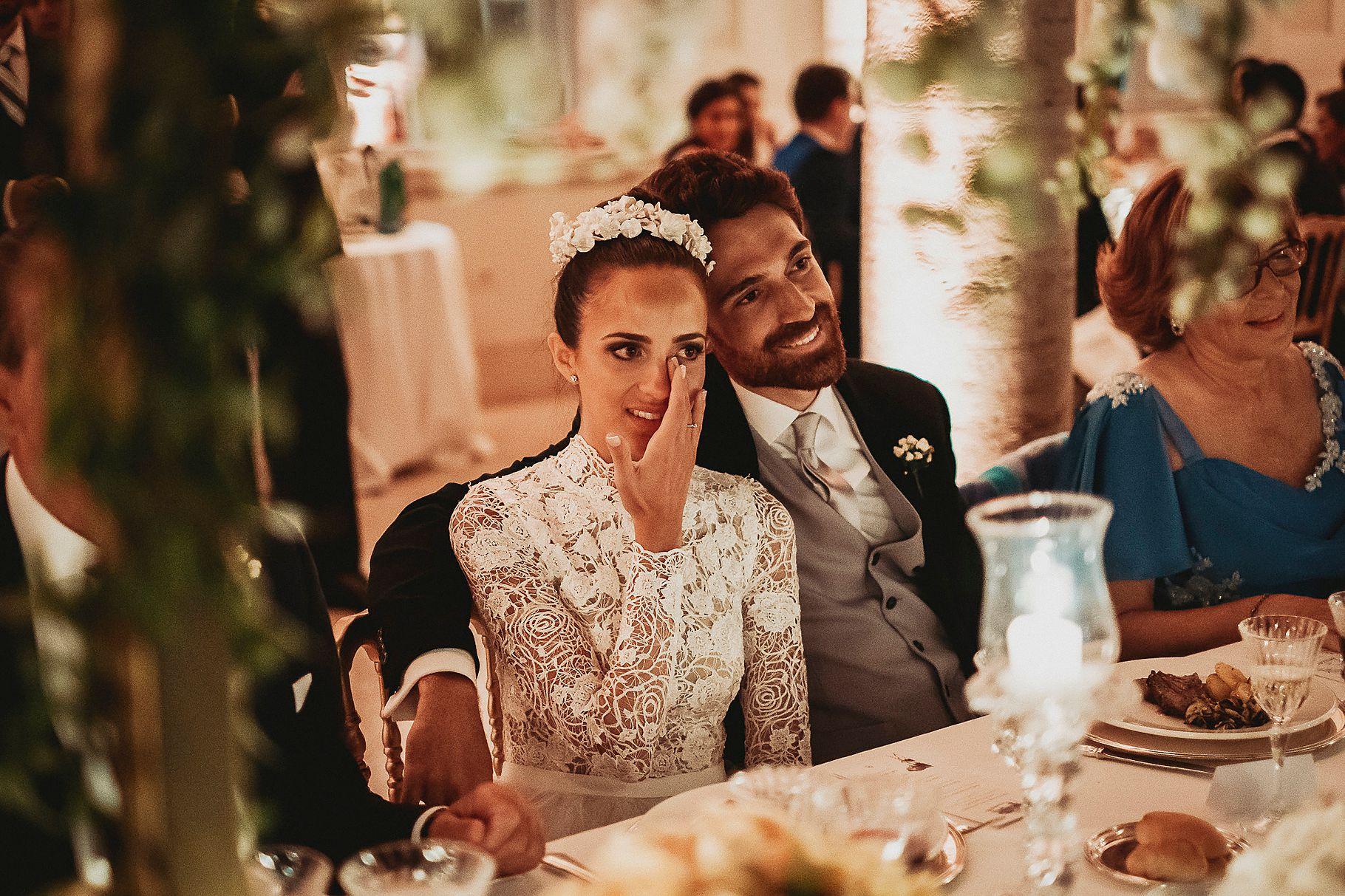la sposa si commuove al discorso della testimone durante il ricevimento del matrimonio italo-spagnolo a Villa Miani