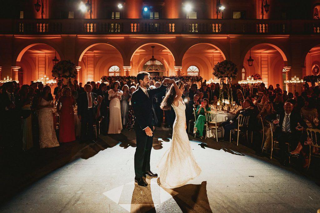 lo sposo e la sposa sotto i riflettori per il loro primo ballo al ricevimento di matrimonio