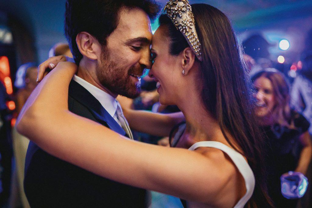 gli sposi ballano guancia a guancia durante la festa del matrimonio italo-spagnolo a villa miani