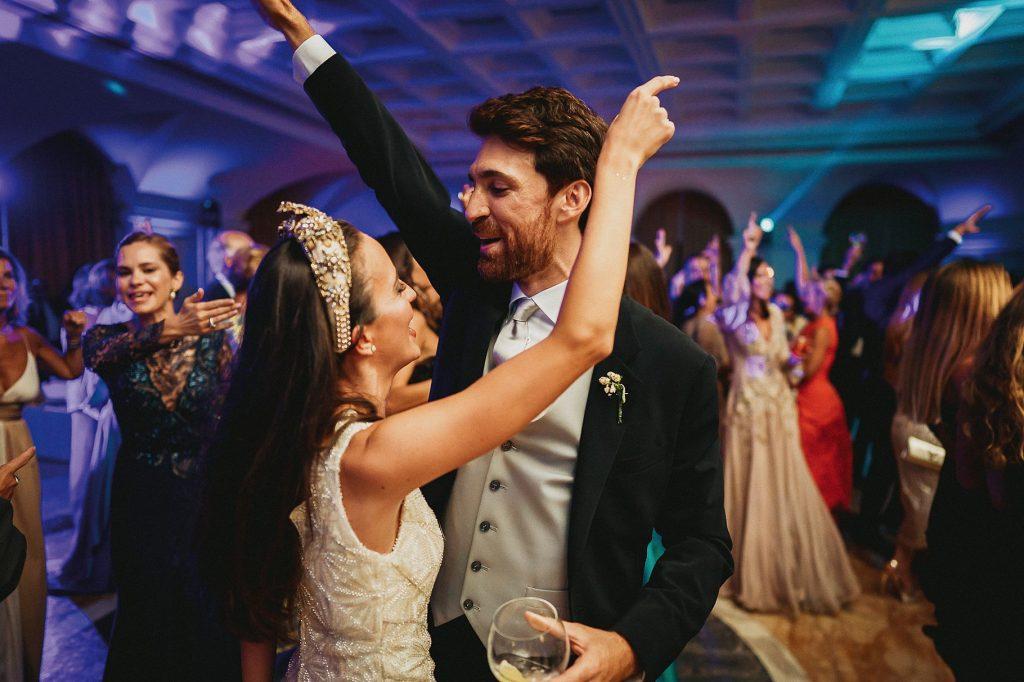 gli sposi ballano al ritmo di disco music durante la festa del matrimonio italo-spagnolo a villa miani