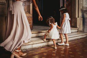 piccole damigelle entrano mano nella mano nella chiesa delle sacre stimmate di San Francesco a Roma