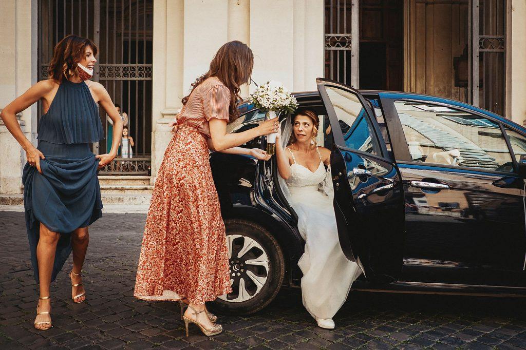 la sposa arriva davanti la Chiesa delle Sacre Stimmate di San Francesco ed esce dallÕauto aiutata dalle testimoni