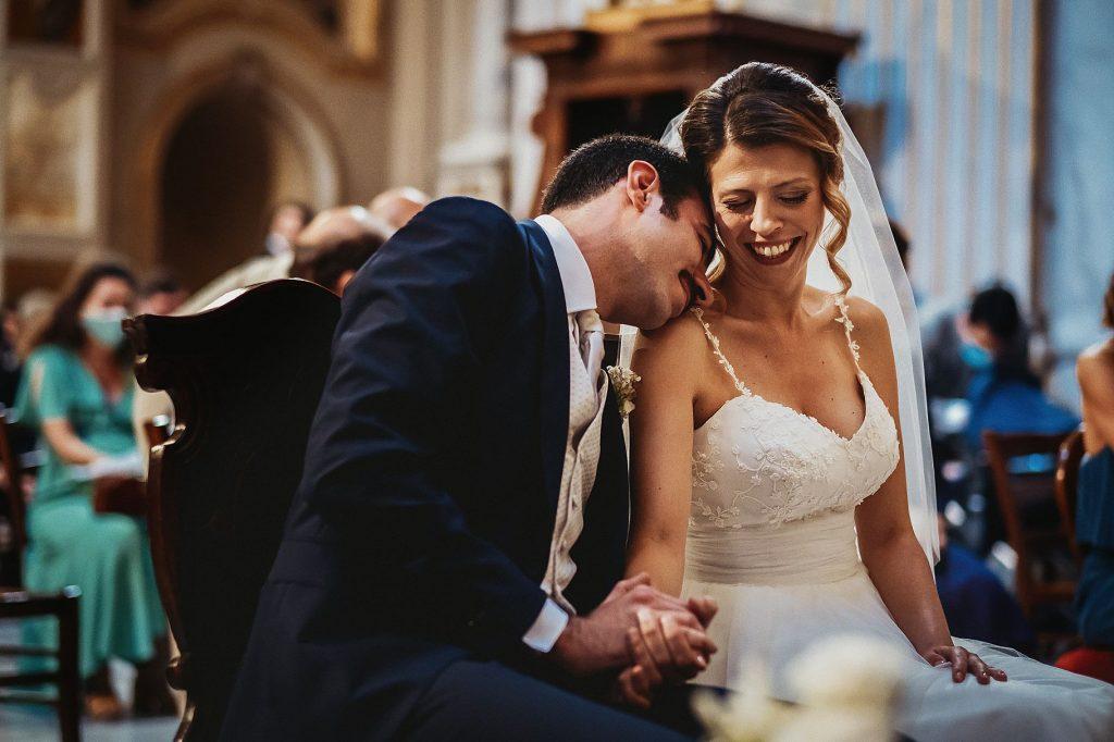 gli sposi si concedono un momento di tenerezza durante la cerimonia alla Chiesa delle Sacre Stimmate di san Francesco a Roma