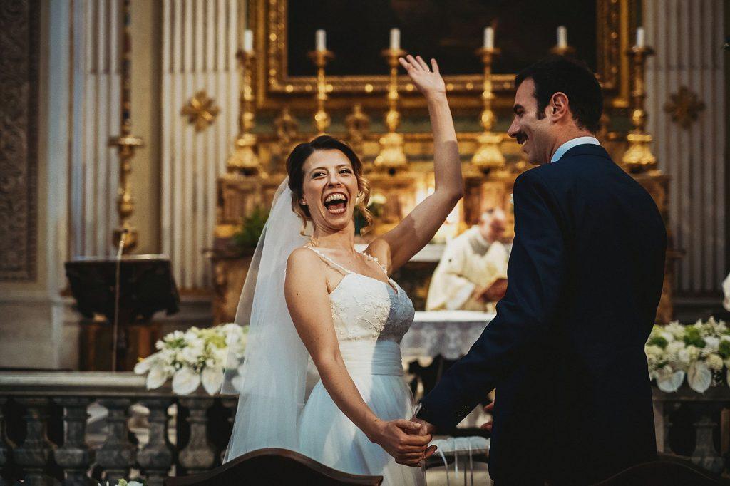 la sposa raggiante si volta a salutare gli invitati dopo il si eÕ un momento cruciale del matrimonio a il conventino