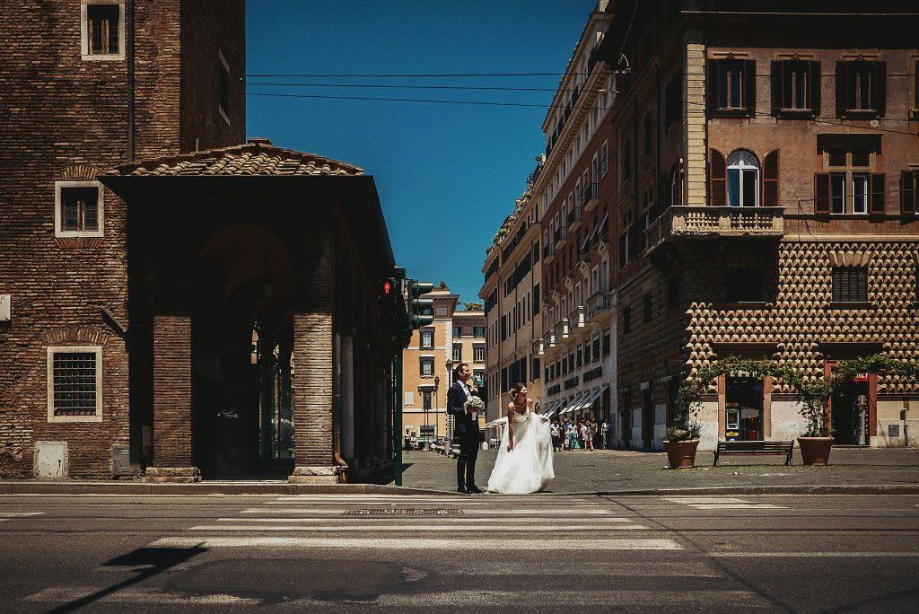 gli sposi a largo argentina a roma si concedono una passeggiata