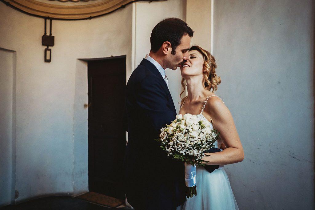 la sposa e lo sposo si baciano in un momento intimo dopo la cerimonia di matrimonio