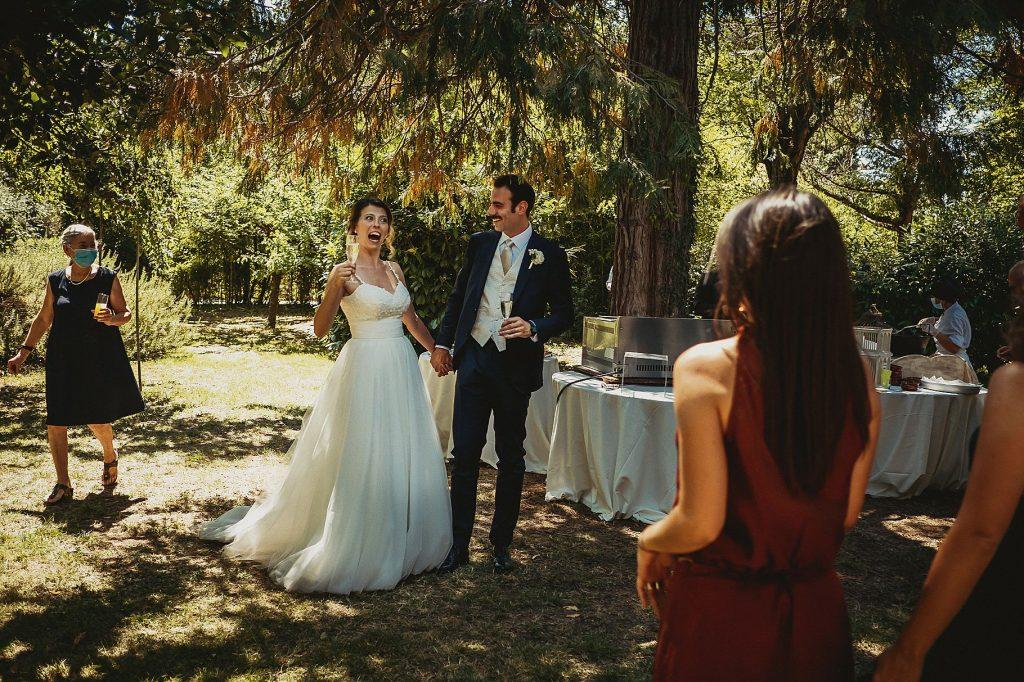 gli sposi arrivano al ricevimento di matrimonio a il conventino di Mentana e salutano gli ospiti