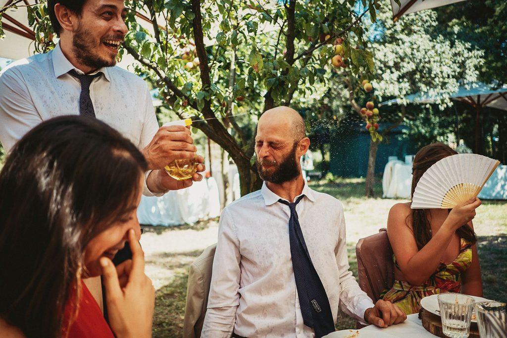 gli invitati si divertono con le pistole ad acqua durante il matrimonio a il conventino