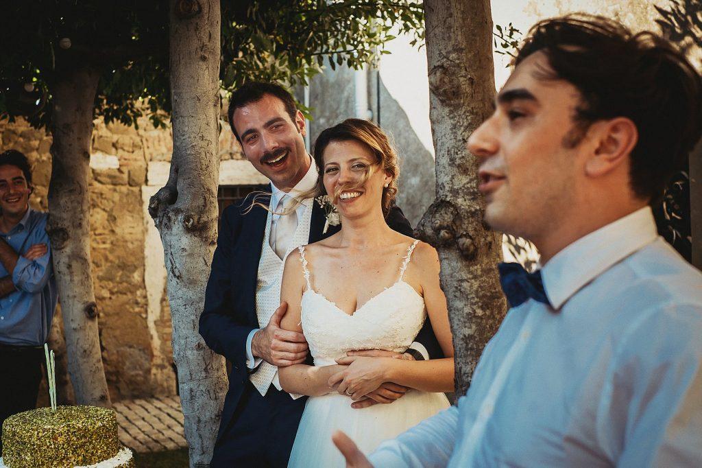 gli sposi ascoltano divertiti il discorso del testimone dello sposo durante il matrimonio a il Conventino