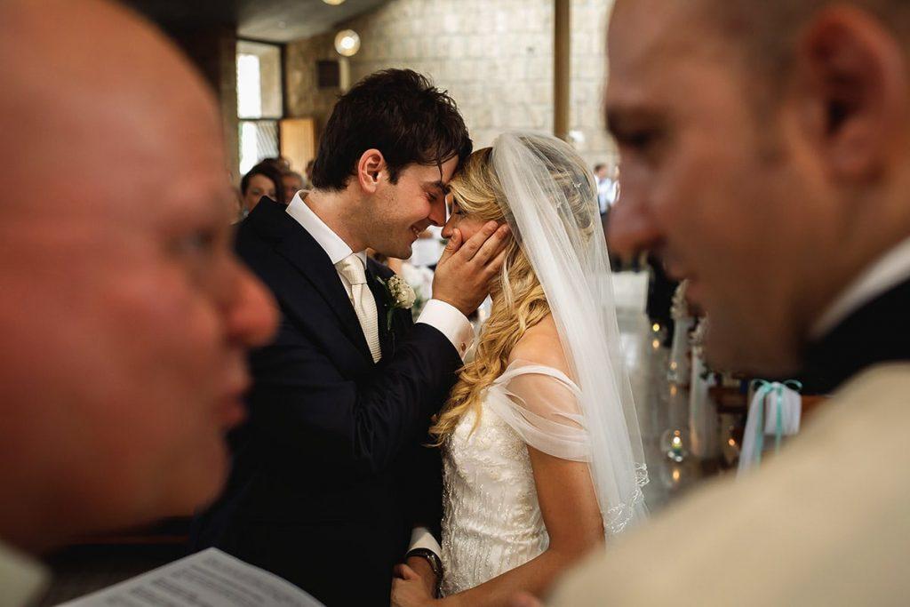recensioni fotografo di matrimoni, sposi in chiesa che si baciano