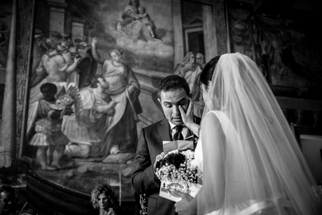 la sposa asciuga le lacrime di commozione dello sposo durante matrimonio a roma