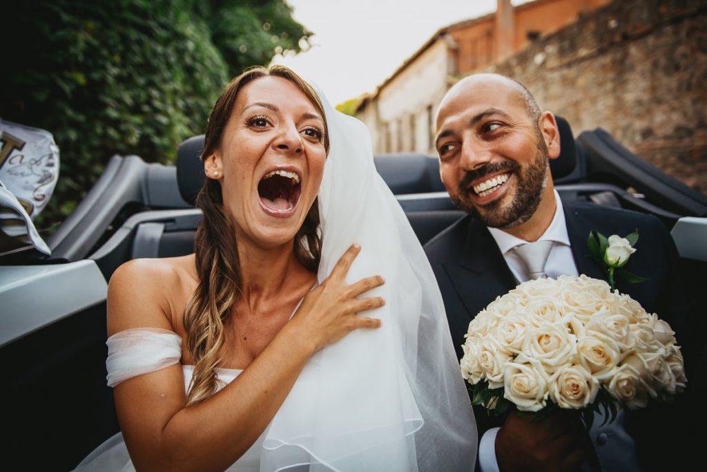 recensioni fotografo di matrimoni, ritratto di coppia sposi in auto