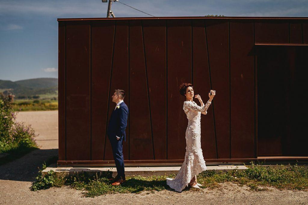 recensioni fotografo di matrimoni, ritratto di coppia sposi in esterni
