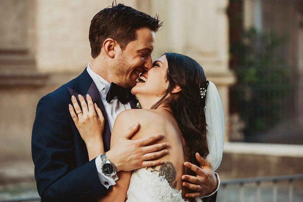 recensioni fotografo di matrimoni,sposi che si baciano durante la passeggiata dopo la cerimonia