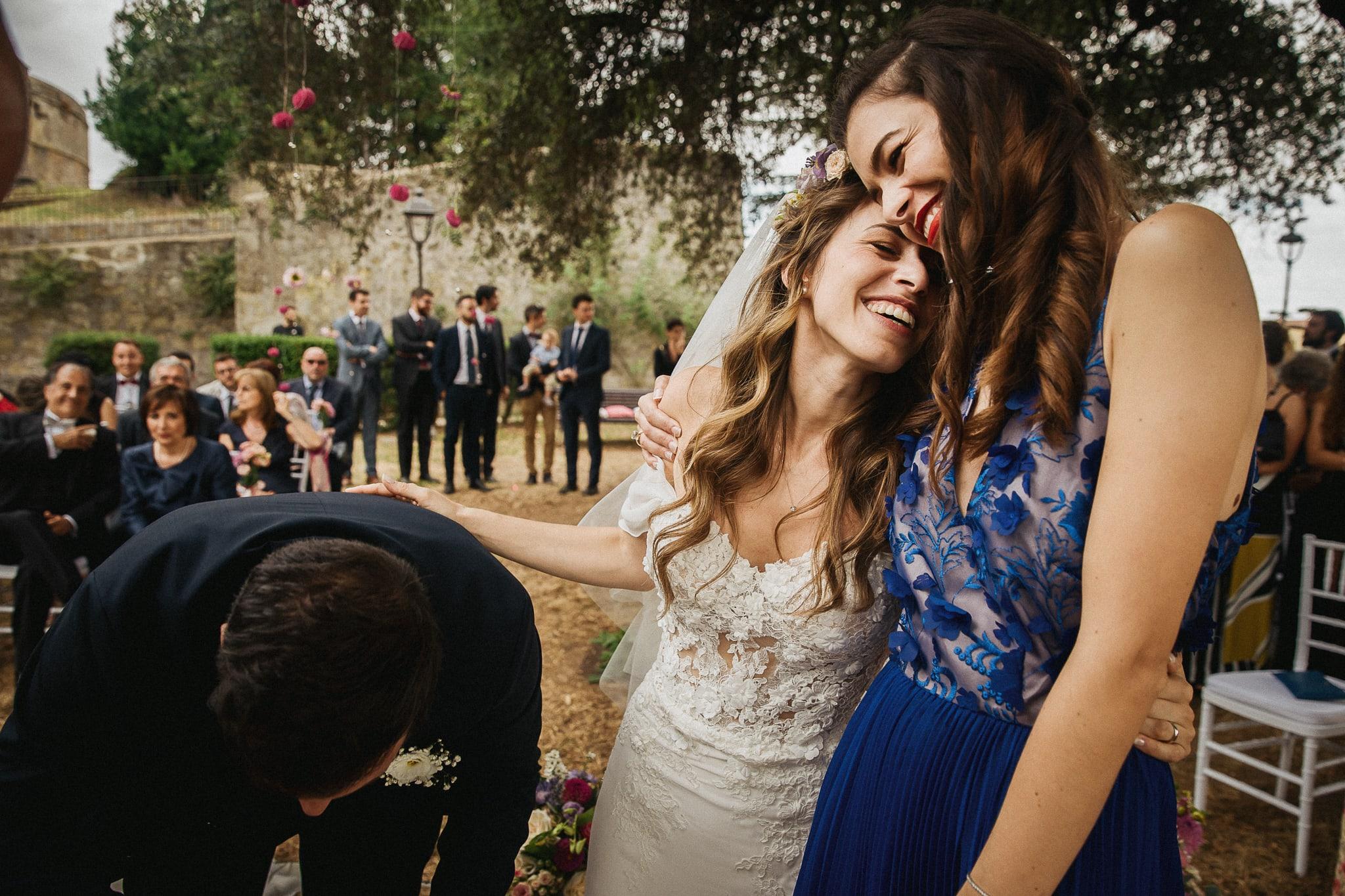la sposa e la testimone durante la firma del registro di nozze