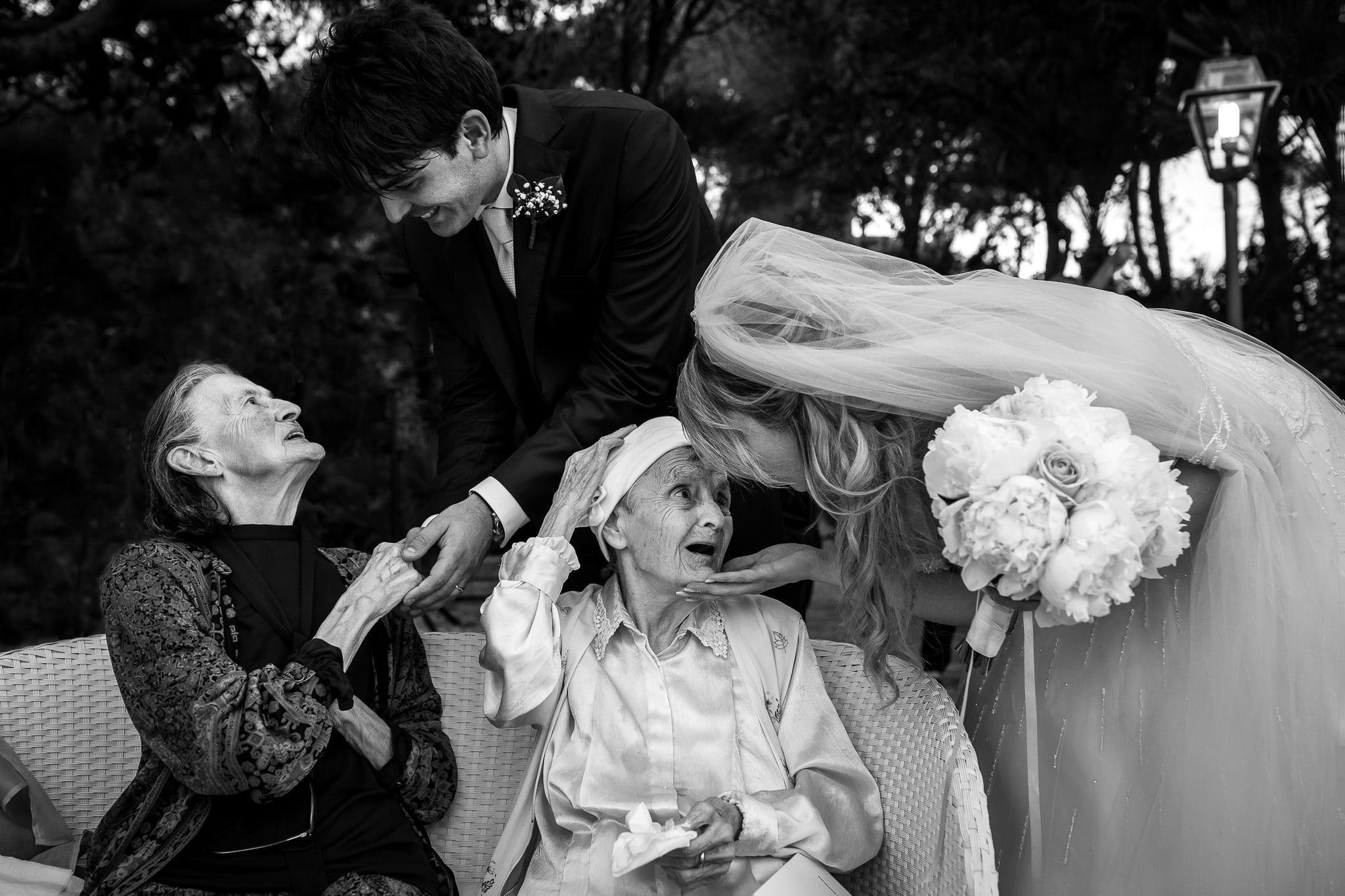 coppia di sposi che salutano le loro nonne in una foto del fotografo matrimonio roma