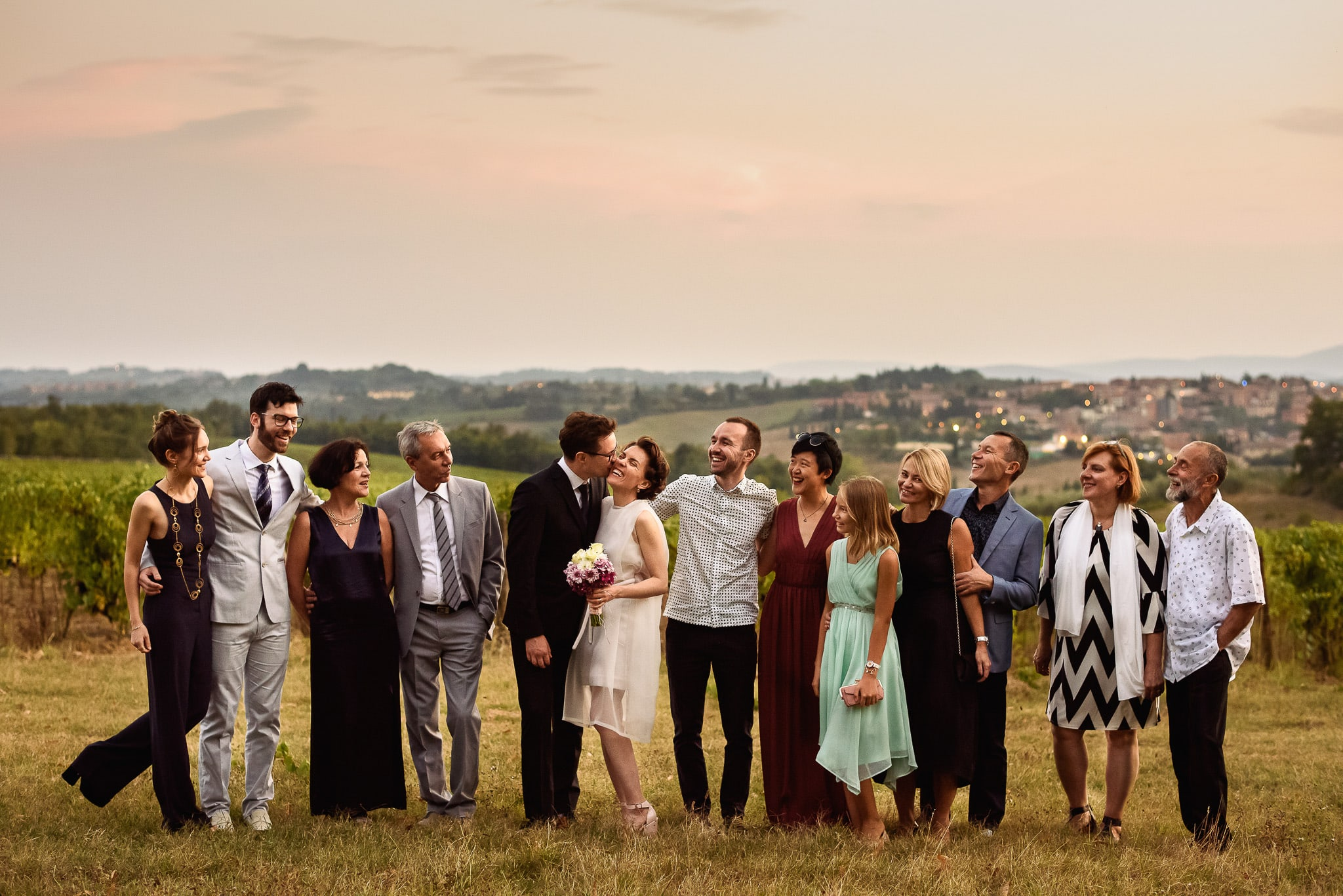 foto di gruppo con gli sposi realizzata dal fotografo matrimonio roma