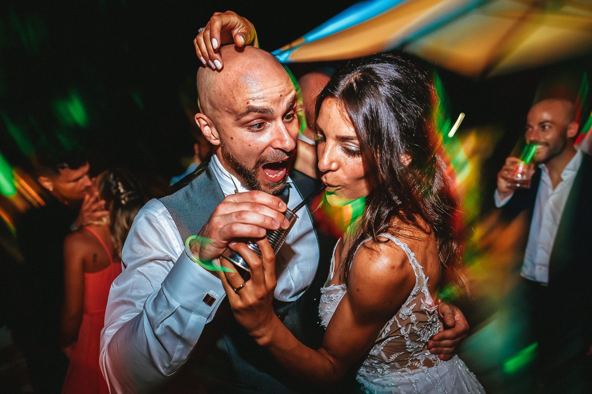 gli sposi che ballano e bevono divertendosi durante il loro matrimonio a roma