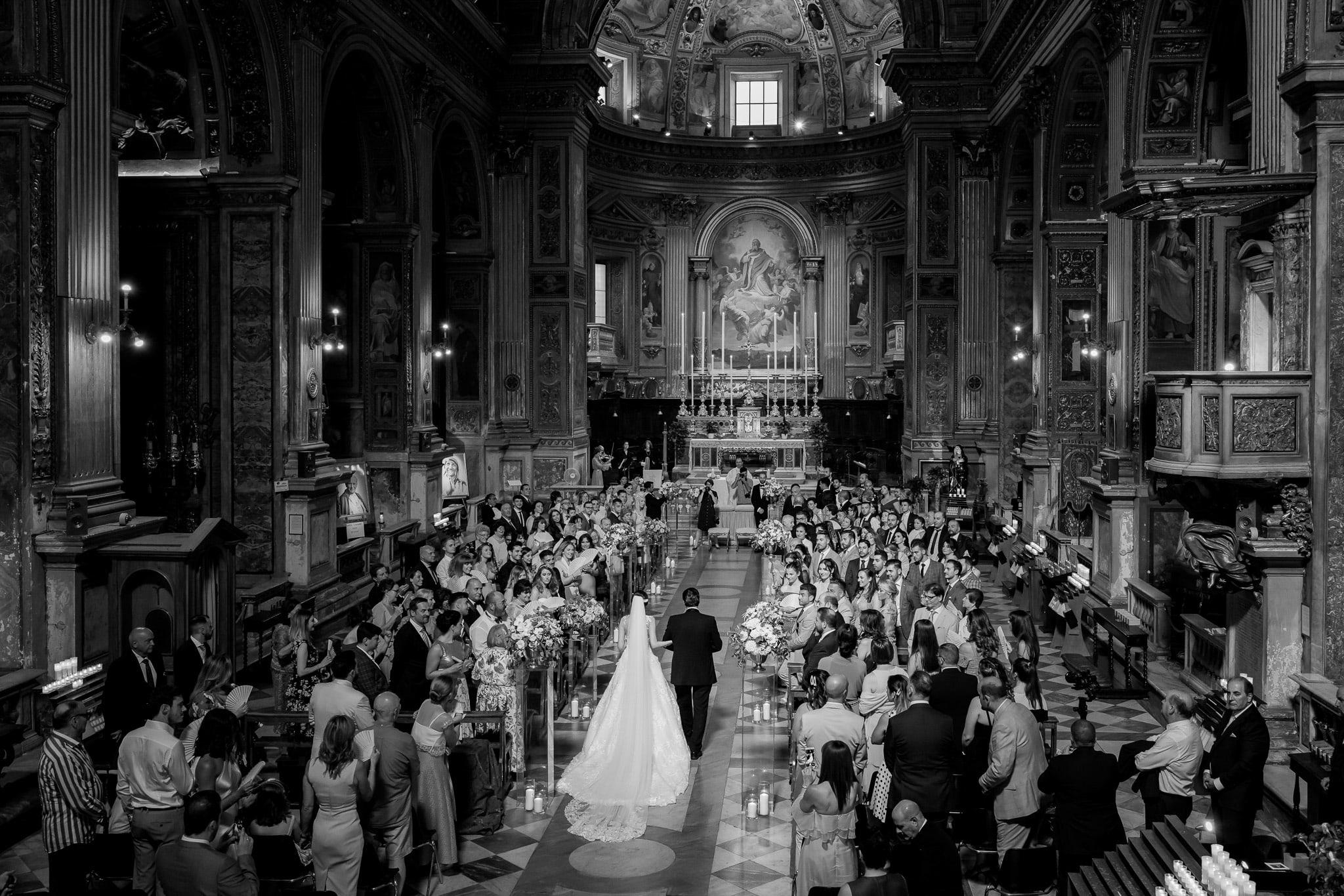 ingresso della sposa con il papˆ in chiesa in unÕimmagine colta dal fotografo matrimonio roma