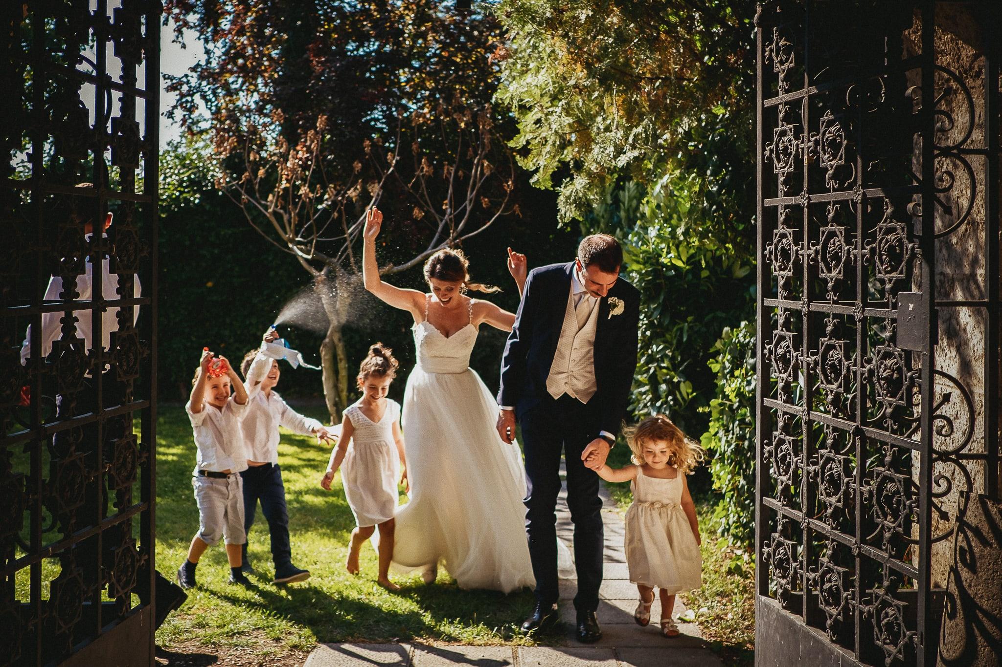 sposi con bambini e pistole d'acqua in una foto del migliore fotografo di matrimonio a roma