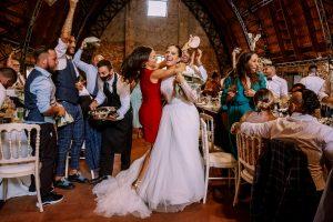 la sposa festeggia e balla con gli amici durante il ricevimento di matrimonio al casale torre santa anastasia roma fotografia documentaria di matrimonio