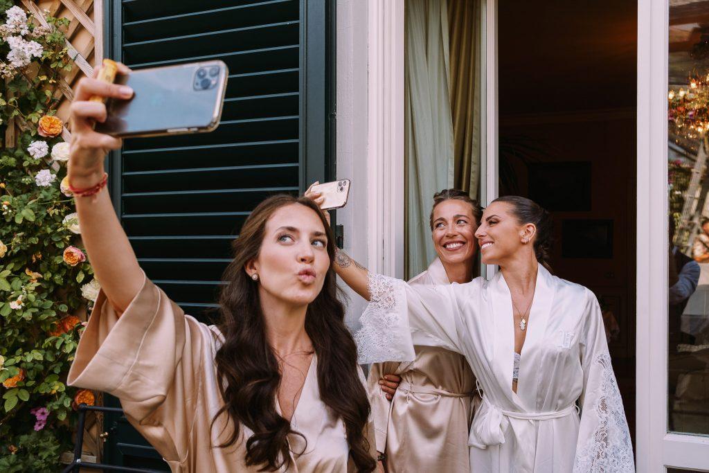 sposa-e-damigelle-e-testimoni-si-fanno-un-selfie-durante-la-preparazione-della-sposa