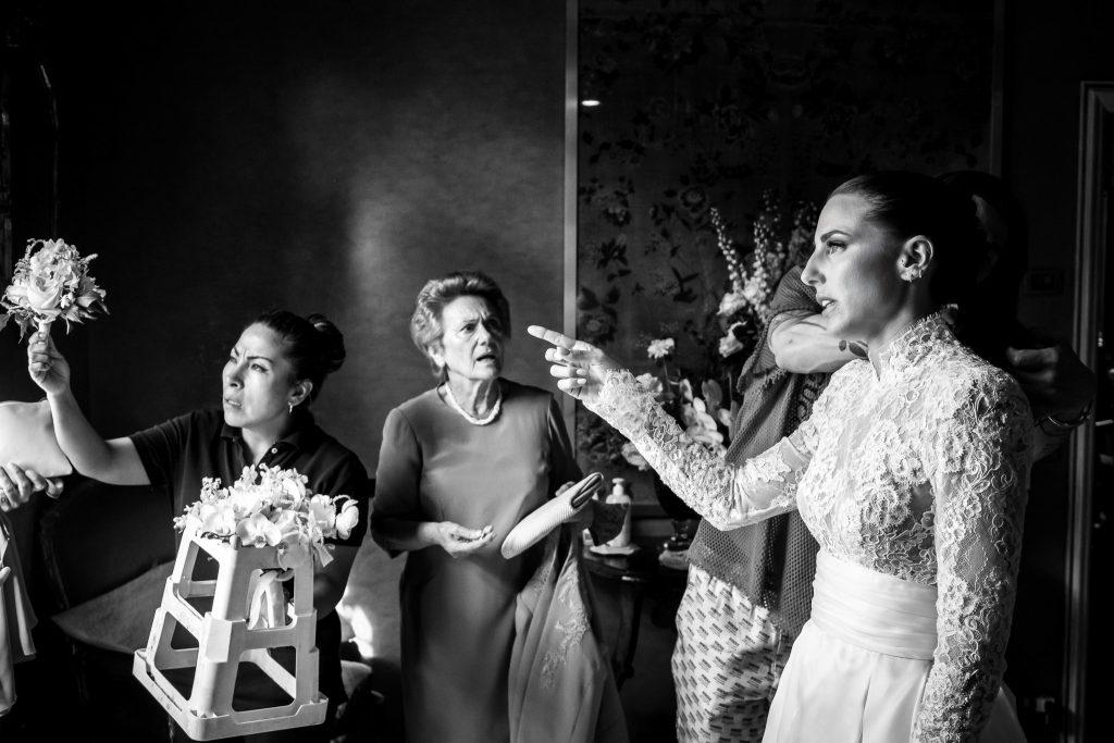la-sposa-discute-con-fiorista-per-bouquet-insieme-alla-nonna-e-assistente-durante-la-preparazione-della-sposa-in-un-matrimonio-a-firenze