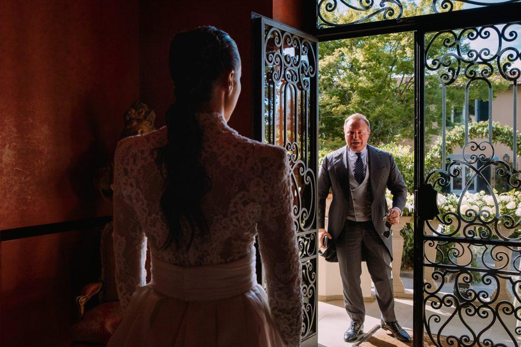 papa-vede-per-la-prima-volta-sua-figlia-la-sposa-con-il-vestito-da-matrimonio-prima-del-suo-matrimonio-a-firenze
