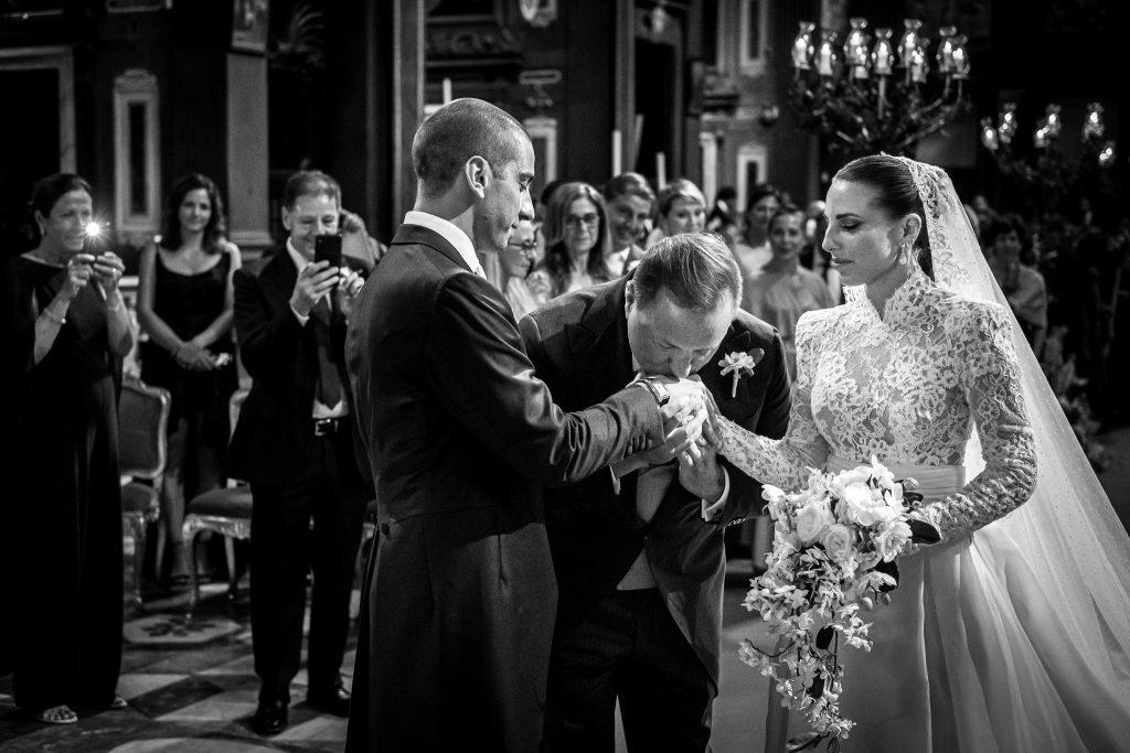 papa-bacia-le-mani-dello-sposo-e-della-sposa-dopo-averla-accompagnata-allo-altare-in-una-chiesa-nel-centro-di-firenze