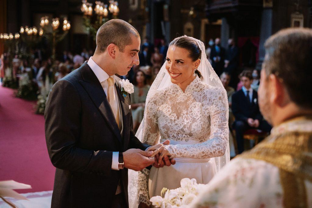sposa-e-sposo-si-scambiano-gli-anelli-nuziali-guardandosi-negli-occhi-durante-la-cerimonia-del-loro-matrimonio-a-firenze