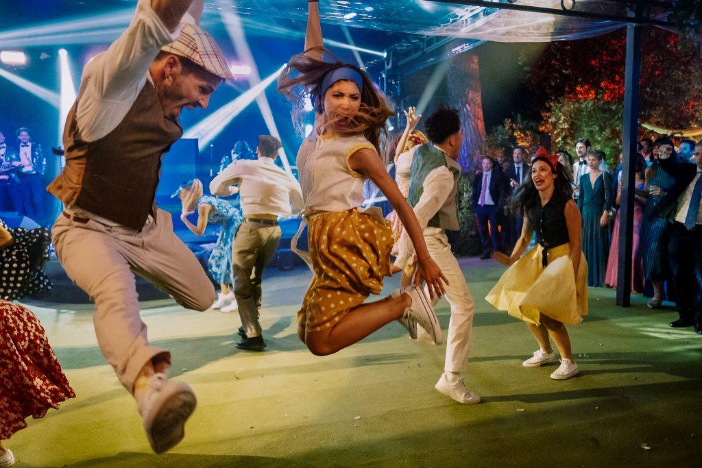 un-gruppo-di-ballerini-ballano-durante-il-ricevimento-di-un-matrimonio-a-firenze-con-una-coreografia-organizzata-sulla-pista-da-ballo-della-loro-casa-privata