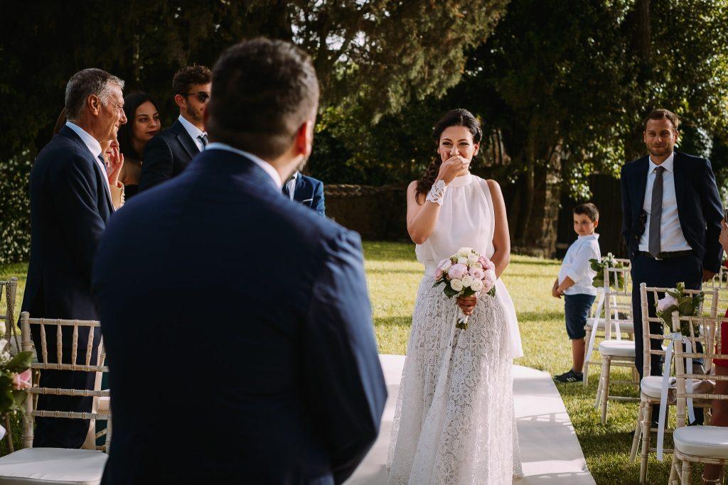 la sposa fa il suo ingresso alla cerimonia di matrimonio al borgo della merluzza e si incontra con lo sposo