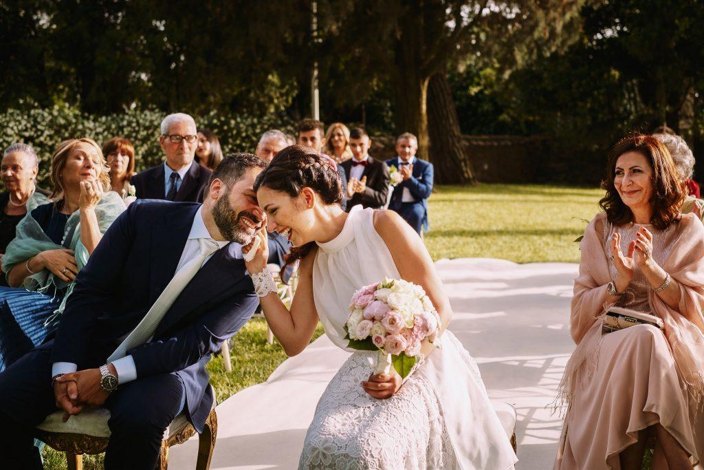 un momento di intimità tra la sposa e lo sposo alla cerimonia di matrimonio al borgo della merluzza