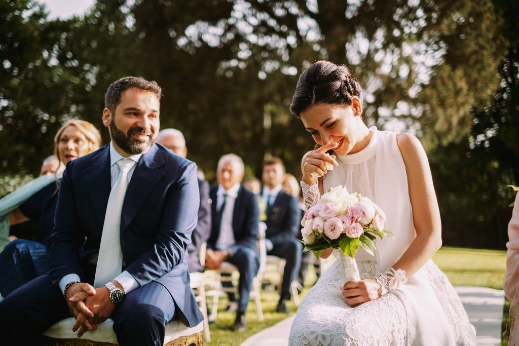 sorrisi e gioia tra la sposa e lo sposo alla cerimonia di matrimonio al borgo della merluzza