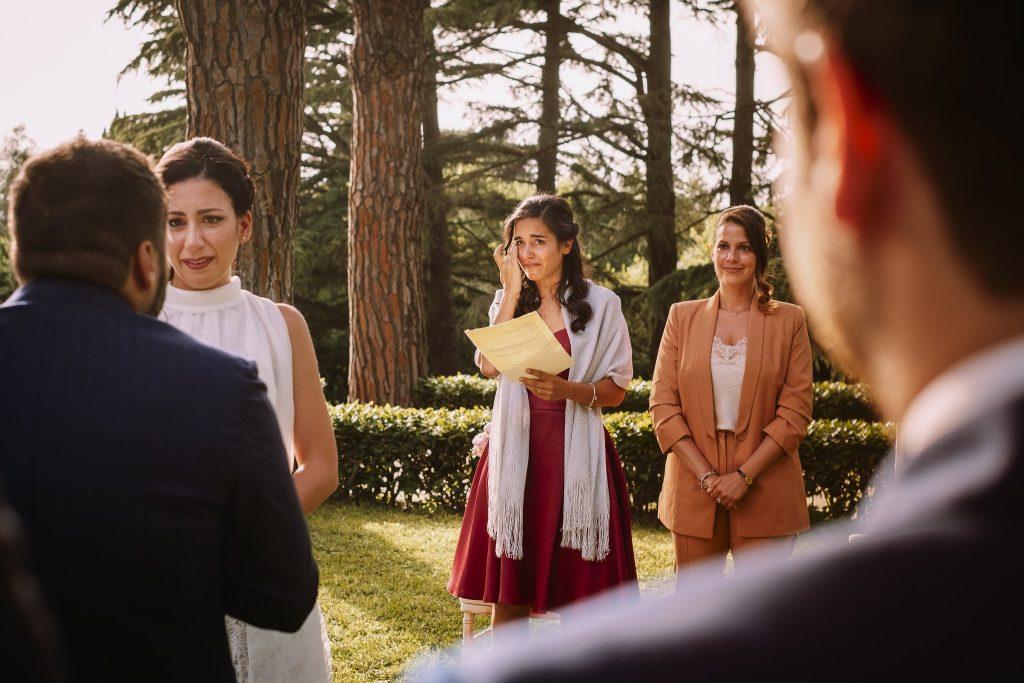 la sorella della sposa si commuove durante la promessa dello sposo alla sposa