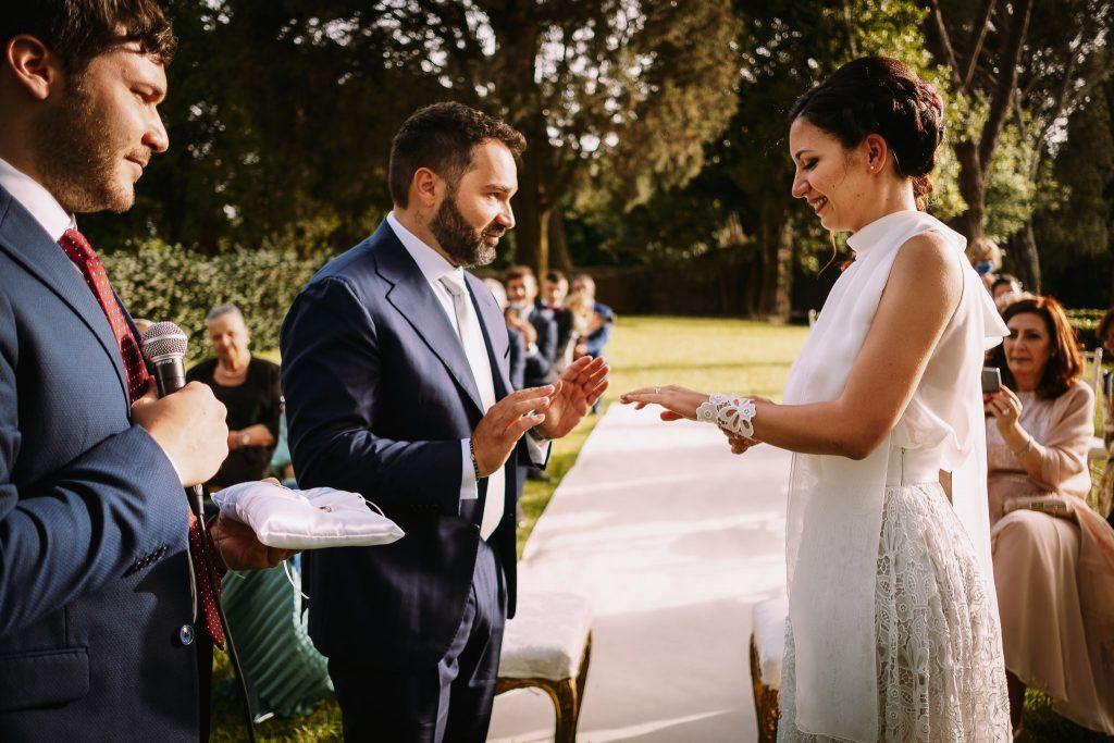lo scambio degli anelli al matrimonio al borgo della merluzza