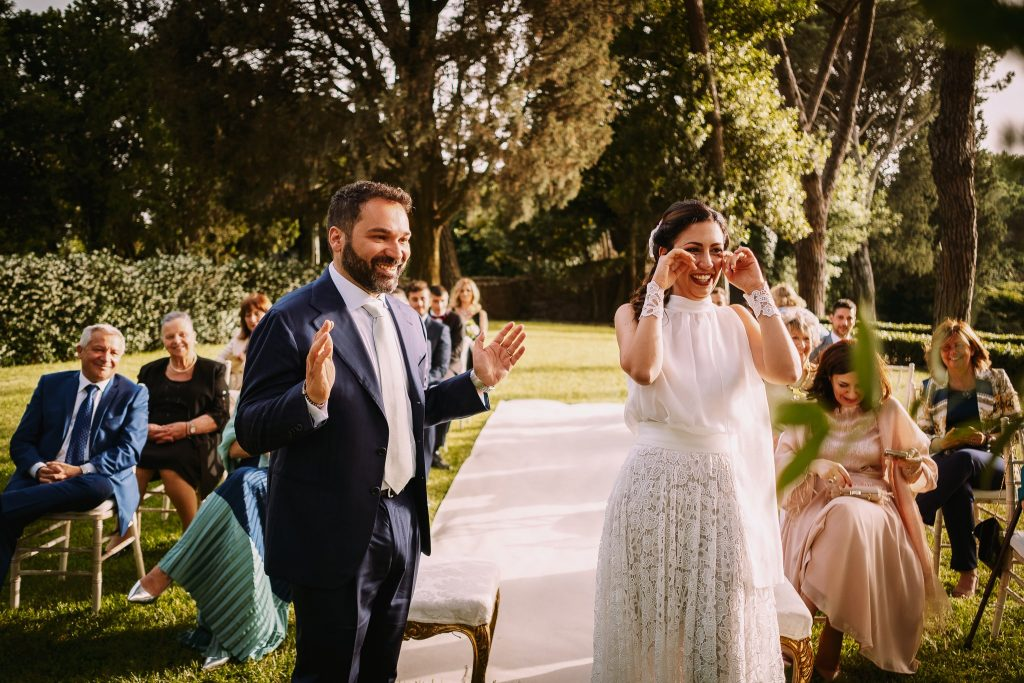 la sposa e lo sposo felici e commossi subito dopo lo scambio degli anelli al matrimonio al borgo della merluzza