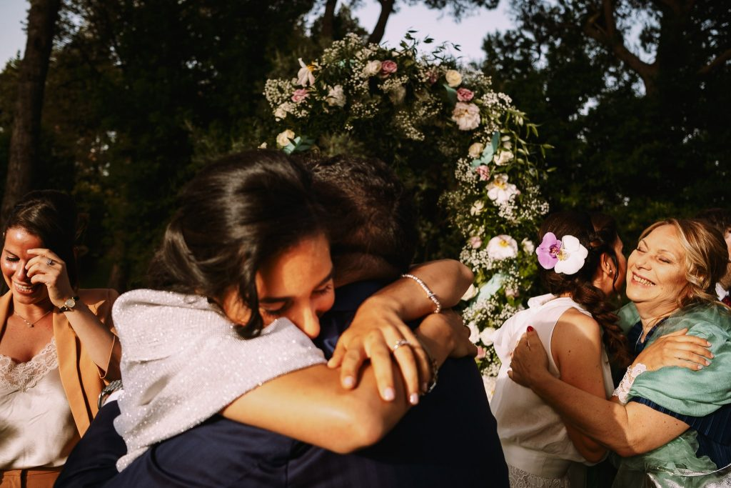 abbracci con i familiari degli sposi subito dopo la cerimonia di matrimonio al borgo della merluzza
