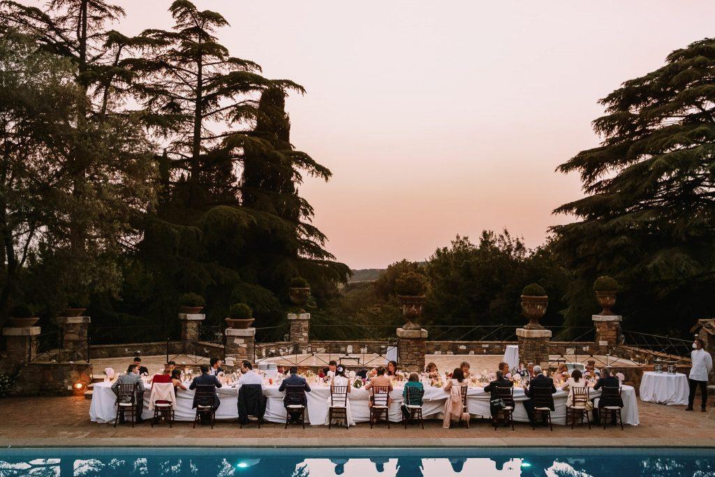 una veduta panoramica del tavolo imperiale al borgo della merluzza al tramonto