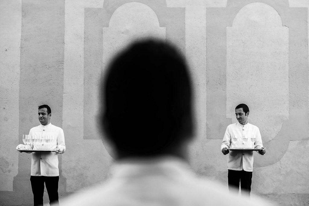 camerieri-aspettano-di-servire-pietanze-durante-un-aperitivo-di-un-matrimonio-a-galleria-del-cardinale-a-roma-mentre-sorridono-divertiti