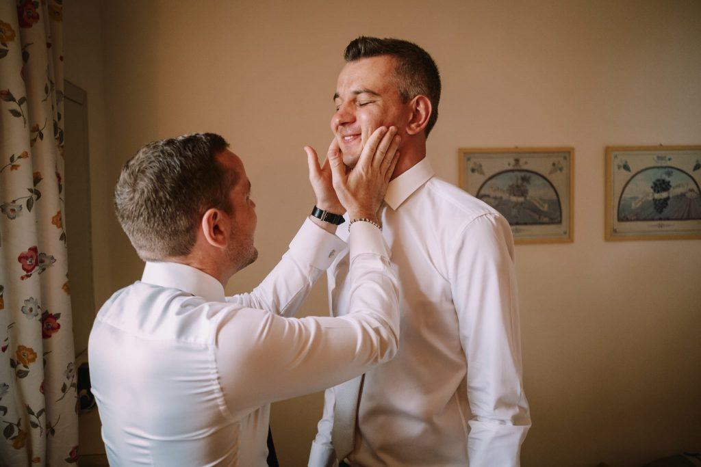 lo sposo con il fratello in un gesto di affetto durante i preparativi al matrimonio a san gimignano