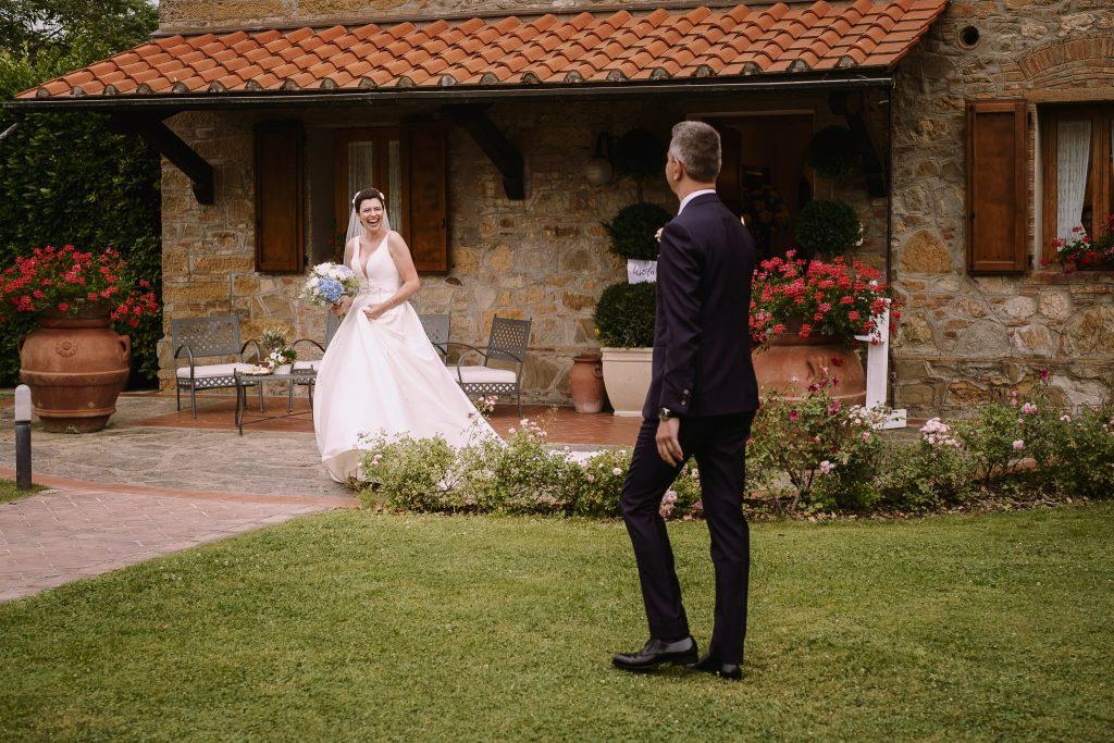 il primo incontro tra lo sposo e la sposa nel giardino della tenuta quadrifoglio prima della cerimonia di matrimonio a san gimignano