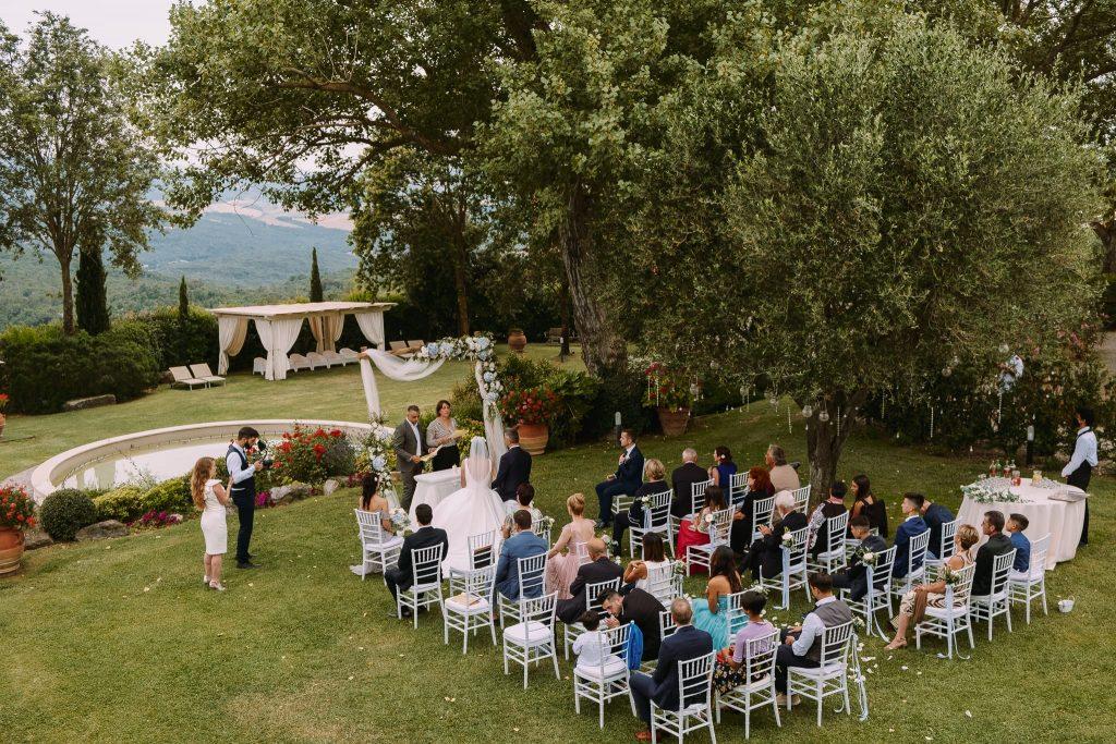 veduta dell'alto della cerimonia di matrimonio a san gimignano