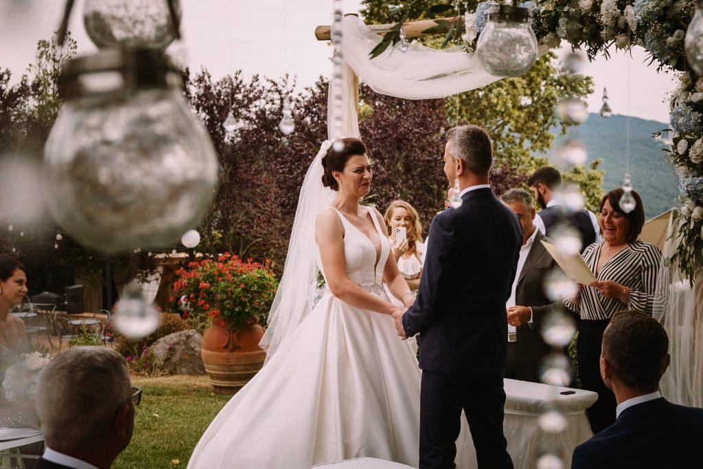 scambio della promesse tra lo sposo e la sposa durante il rito simbolico di matrimonio a san gimignano