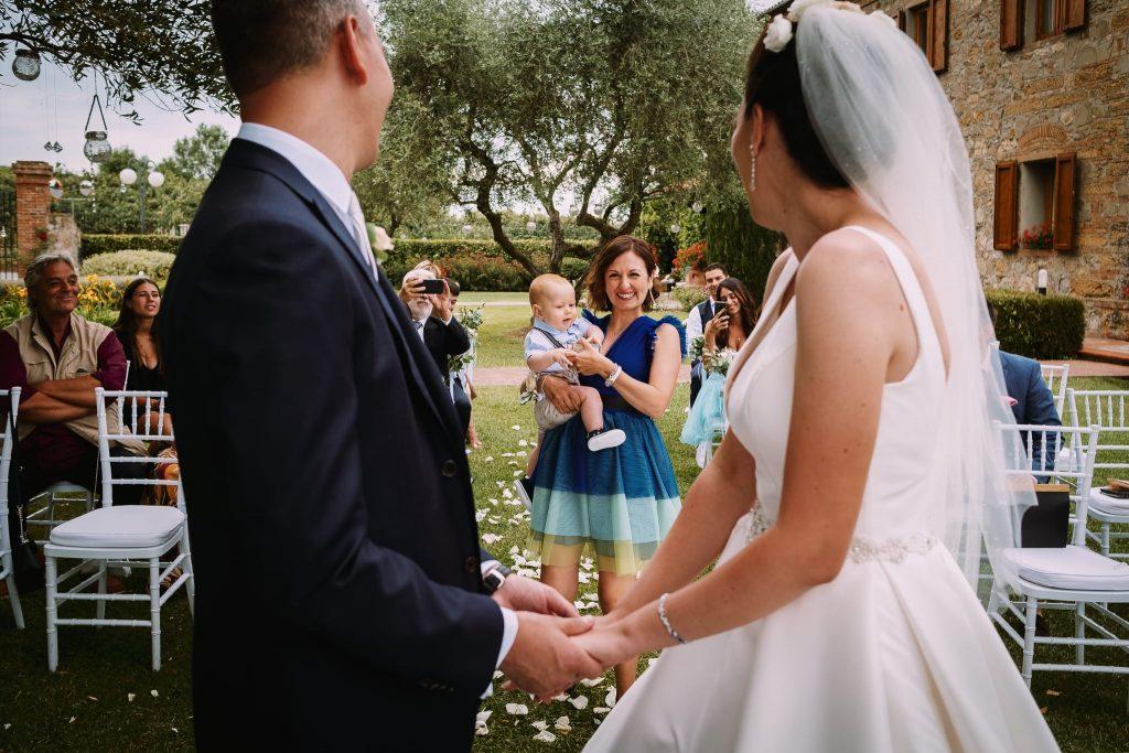 l'amica della sposa e i figlio di pochi mesi portano le fedi nuziali agli sposi