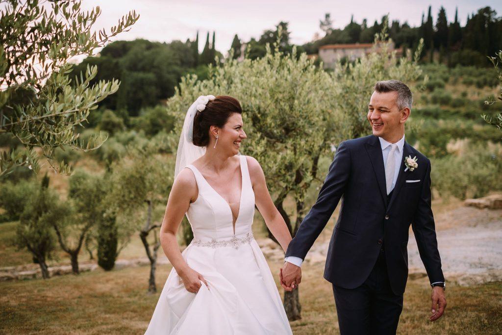 la sposa e lo sposo durante la passeggiata dopo la cerimonia di matrimonio a san gimignano
