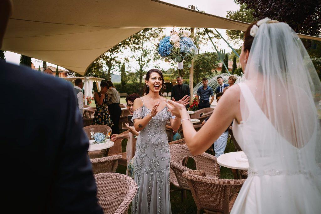 la sposa a sopresa lancia il bouquet di fiori alla sua testimone migliore amica