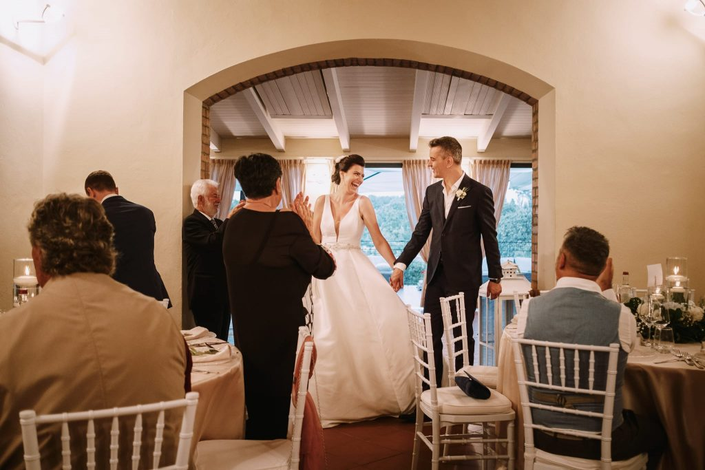 gli sposi fanno il loro ingresso nella sala della cena a tenuta quadrifoglio durante il ricevimento di matrimonio a san gimignano